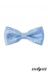 Paisley Fliege mit einem Einstecktuch in glänzendem Blau